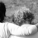 Twee dames die elkaar steunen | Huilen helpt blog van Patty Kruiswijk